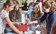 Sara, Joy, Tamara und Amy bauen an ihrem Legohaus. (Bild: Mario Testa)