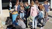 Die Schülerinnen begutachten gespannt einen Solarkocher. (Bild: PD)