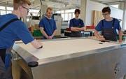 Auf dem Airhockeytisch, den die Lernenden von Huber+Suhner entwickelt haben, können die Ausstellungsbesucher spielen. (Bild: KER)