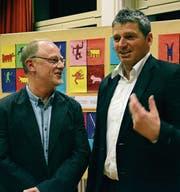 Schulpräsident Reto Brändle und Schulleiter Markus Rüegge besprechen die Versammlung. (Bild: Rahel Haag)