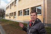 Unternehmer Ralph Weber vor dem Pavillon an der Neugasse in Bazenheid, der das Gerichtsverfahren ausgelöst hat. (Bild: Simon Dudle)