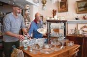 Adrian Gut und Gianni Christen, Besitzer des Antikhauses zum Jäger und Sammler, richten ihr neues Geschäft ein. (Bild: Yvonne Aldrovandi-Schläpfer)