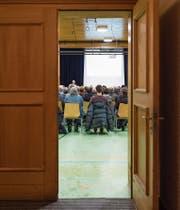 Kommunale Politik sorgt immer weniger für grosse Publikumsaufmärsche wie hier an der Gemeindeversammlung im bündnerischen Sedrun im Januar 2015. (Bild: Gian Ehrenzeller/Keystone (16. Januar 2015))