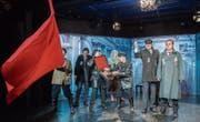 Lenin (Daniel Raillard) drückt dem Toggenburger Ex-Verdingbub Dimitri (Ramon Stadler) Revolutionsorden an die Brust. (Bild: Urs Bucher)