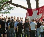 Eine Gruppe Rechtsextremer rottet sich auf dem Rütli zusammen. (Bild: Symbolbild/Keystone (5. August 2012))