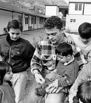 Ein Zivildienstleistender betreut Kinder im Asylzentrum Adliswil. Bild: Keystone (Adliswil, April 1994) (Bild: STR (KEYSTONE))
