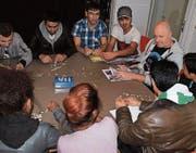 Chris Forster übt Deutsch mit Asylsuchenden, die in der Region Diessenhofen wohnen. (Bild: Theres Schurter)