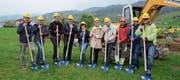 Vertreter von Gemeinde, Ortsgemeinde, privaten Grundeigentümern und Unternehmen beim symbolischen Spatenstich. (Bild: Hanspeter Thurnherr)