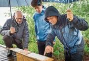 Hannes Geisser (links) begutachtet mit Kim Krause und Joggi Rieder die Abdrücke auf dem Papier aus dem Spurentunnel. (Bild: Andrea Stalder)
