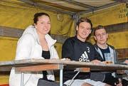 Drei von vielen Helfern beim Fussballfestival.