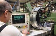 Präzisionsarbeit: CNC-Fachmann Eugen Bouvier bearbeitet mit der Fräsmaschine einen Axialdiffusor für Gasverflüssigungsturbinen. (Bild: Martin Sinzig)