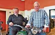 Roland Widmer (rechts), der Lenker von Arbon Classics. Mit dabei: René Juchli, Präsident der Freunde alter Motorräder. (Bild: Max Eichenberger)