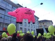 """""""STOPP der SPARschweinerei"""", heisst es auf dem fliegenden Sparschwein. (Bild: Alexandra Pavlovic)"""