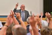 Gemeindepräsident Ruedi Zbinden stimmt mit der Versammlung ab. (Bild: Mario Testa)