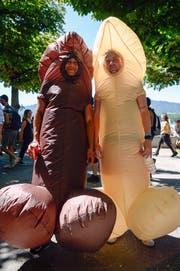 O wie Outfit: Mit Nuggi, Krankenpfleger- oder Polizei-Uniformen, Penis-Kostüm oder gleich nur in Lingerie: Erlaubt ist an der Street Parade jegliche Geschmacksverirrung. Die Devise lautet: auffallen um jeden Preis. (Bild: Keystone)