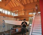 Viel Platz für Dominik Schenk und Dorett Hanhart in ihrer Wohnscheune. (Bild: Margrith Pfister-Kübler)