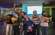 Die Gewählten nehmen das Resultat im HPV-Produktionszentrum mit grosser Freude entgegen. (Bild: Jil Lohse)