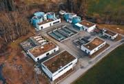Mit verschiedenen Becken soll die ARA Oberglatt nachgerüstet werden. Erstellt werden diese auf der Reservefläche (links). (Bild: Marc Häusler)