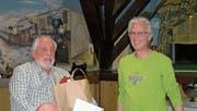 Ernst Frehner (links) durfte von Präsident Röbi Bislin die Ehrenmitgliedschafts-Urkunde und ein Präsent entgegennehmen. (Bild: PD)