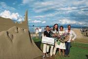 Karlis Ile und Maija Puncule (Mitte) heissen die glücklichen Gewinner. (Bild: Perrine Woodtli)