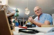 Marco Tizzoni in seiner Werkstatt: Das «Gürtlen» soll Hobby bleiben, um die Leichtigkeit zu bewahren. (Bilder: David Scarano)