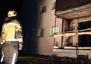 Trotz rascher Präsenz der Feuerwehr existiert vom betroffenen Balkon nur noch das Gerüst. (Bild: Kapo)