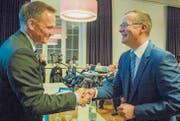 Der unterlegene Bewerber Stefan Haffter gratuliert dem frisch gekürten Regierungsratskandidaten der FDP, Walter Schönholzer. (Bild: Reto Martin)