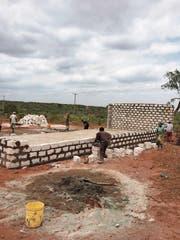 Trotz Ungewissheit macht der Verein «Pro Ganze» weiter, hier am Neubau eines Schulhauses. (Bild: pd)