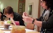 Die Jurorinnen Ursula Brunner vom Klosterladen Kartause Ittingen und Andrea Schwyn vom Studio Kochlust in Thundorf nehmen Konfitüren unter die Lupe. (Bild: Stefan Hilzinger)