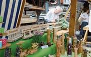Geschenke aus Holz mit Albert Moser, Rebstein, an der Drechsler-Drehbank im Hintergrund.