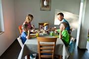 Eltern sollen Erziehungskurse besuchen und dafür finanzielle Anreize erhalten. (Bild: Keystone/Symbol)