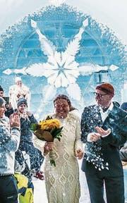 Das frischvermählte Paar verlässt die Eiskapelle in Jukkasjärvi. (Bild: Asaf Kliger)