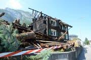 Das Zweifamilienhaus musste noch während der Löscharbeiten abgebrochen werden. (Bild: Corinne Hanselmann)