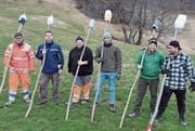 Einige Mitglieder der Knabengesellschaft präsentieren stolz die selbst gefertigten Fackeln. (Bild: PD)