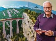 Sein ganzer Stolz: Paul Ryvola vor seinem detailgetreuen Modell des Landwasserviadukts. (Bild: Christoph Heer)