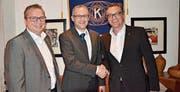 Der abtretende Präsident Martin Diem, rechts, gratuliert seinem Nachfolger Anjan Sartory, links Reto Mayer, der «Sozialminister» des Clubs. (Bild: Hans Hürlemann)