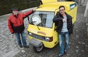 Armin Geiger, Besitzer eines Piaggio Ape, und Franco Capelli, Marktchef von Bischofszell, vor dem Bogenturm. (Bild: Georg Stelzner)