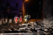 Retter in der Stadt Visso, die vom Erdbeben erschüttert worden ist. (Bild: MATTEO CROCCHIONI (AP ANSA))