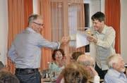 Gemeindepräsident Ueli Graf (links) nimmt das Geschenk vom Präsidenten des Solarvereins Rehetobel, Christian Eisenhut, entgegen. (Bild: jem)
