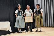 Albert Hässig von der Schützengesellschaft Waldstatt wird für 50 Jahre Mitgliedschaft im Kantonalschützenverein geehrt. (Bild: PAG)