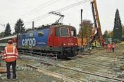 Der Eurocity Zürich-München passiert den Langenweg zur Lindauer Insel, wo der Bau für die Unterführung begonnen hat. (Bild: Ulrich Stock)