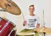 Remo Eschenmoser übt auf seinem Schlagzeug zu Hause im Keller. Er nimmt dieses Jahr bereits zum zweiten Mal am Camp teil. (Bild: Mario Testa)