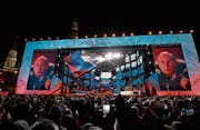 Wladimir Putin lässt sich nach der Wahl von seinen Anhängern feiern. (Bild: Pavel Golowkin/AP (Moskau, 18. März 2018))