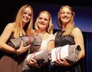 Die drei besten des Jahrgangs freuen sich: Soraya Bossi, Nadine Wanner und Melissa Wohlwend. (Bild: Christof Lampart)