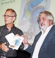 Autor und Verleger: Christoph Sutter nimmt das Buch von Ernst Imfeld entgegen. (Bild: Markus Bösch)