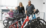 Die Initianten der E-Bike-Vermietung, Carina Zahn und Urs Wenger. Im Veloanhänger sitzen Nyla und Lyan Zahn. (Bild: Dieter Ritter)
