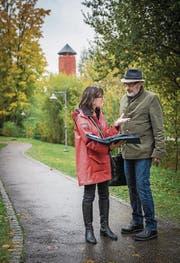Stadträtin Dorena Raggenbass und Bernard Roth schauen sich den Standort an. (Bild: Reto Martin)
