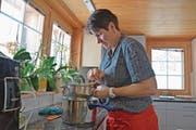 Monika Knellwolf treibt die gedämpften Kartoffeln für den Stock noch heiss durchs Passevite. (Bild: Karin Erni)