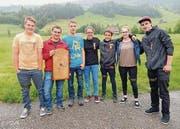 Der Jungschützenkurs Wildhaus mit seinem Leiter Stefan Steiner und Tagessiegerin Angela Rutz (Mitte), Laad-Nesslau. (Bild: pd)