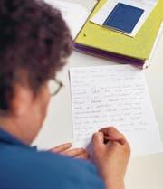 Für Illettrismus-Betroffene gibt es Kurse, wo sie die Grundlagen des Lesens und Schreibens wieder lernen. Gaëtan Bally/KEY (Bild: GAETAN BALLY (KEYSTONE))